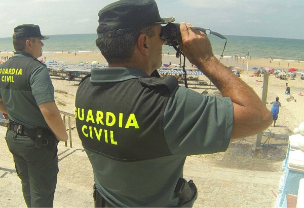 Agentes de la Guardia Civil en la playa